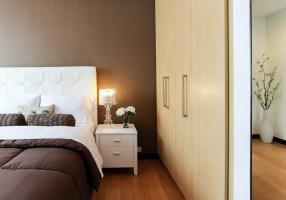 Lampki nocne do sypialni - jakie oświetlenie szafki nocnej wybrać?