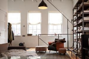 Lampy sufitowe czarne metalowe. Jak wybrać najlepsze oświetlenie loftowe?