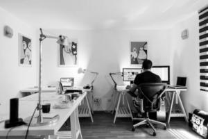 Stylowe lampy gabinetowe w aranżacji nowoczesnego biura
